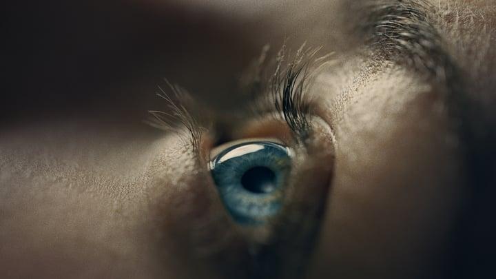 Kuvituskuva - Ylös katsova silmä